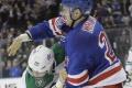 Hokejista z NHL mlátil súpera svojou prilbou. Dostal mastnú pokutu