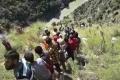 Valník s cestujúcimi spadol do rokliny, zahynulo 20 ľudí