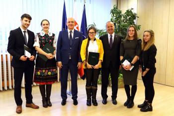 P. Gajdoš odovzdal ocenenia víťazom literárnej súťaže